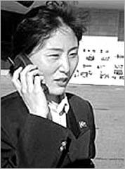 ◇지난해 10월 평양의 이동 전화 서비스 개시를 앞두고 북한 안내원이 시험 통화를 하는 장면. /조선일보 자료 사진