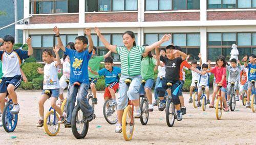 햇볕에 보기 좋게 그을린 신리분교 어린이들이 외발자전거를 타며 활짝 웃고 있다. / 화성=한준호 기자 gokorea21@chosun.com