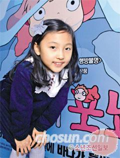 한준호 기자 gokorea21@chosun.com 김정인 양이 애니메이션 포스터 앞에서 환하게 웃고 있다.