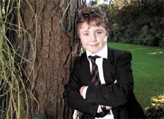 모금을 통해 자신과 같은 처지의 어린이들을 도운 카메론 스몰.(출처: www.mirror.co.uk)