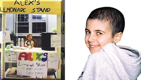 소아암에 걸린 친구들을 돕기 위해 레모네이드를 팔고 있는 생전 알렉스의 모습.