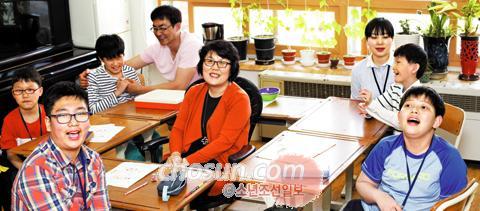 'ㅁ'자 형태로 배열된 아이들의 책상 속에서 수업하는 김순진 청주맹학교 선생님(사진 가운데). 맹영재(34세·맨뒤 왼쪽) 특수교육실무원 선생님도 함께 아이들을 돌본다.