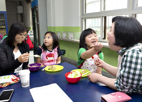 즐겁게 음식을 먹는 학생들.