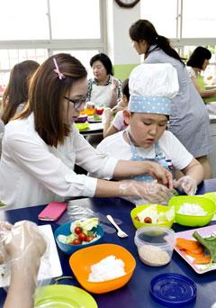 주먹밥을 만드는 학생과 학부모.