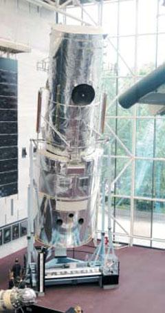 우주로 쏘아올린 허블 망원경