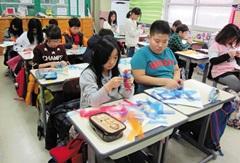 현수막 천으로 브로치를 제작하는 학생들.