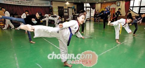 한국 문화를 배우기 위해 태권도 수업을 받는 고려인 4세 어린이들.
