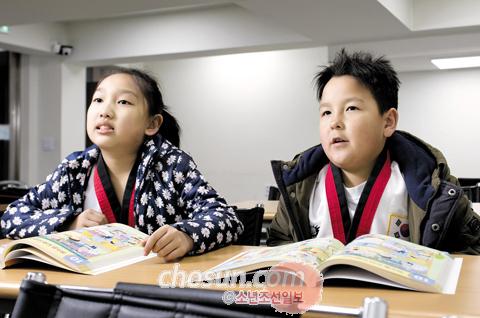 일리아(왼쪽) 양과 미하일 군이 한국어 교실에서 한글을 배우는 모습.