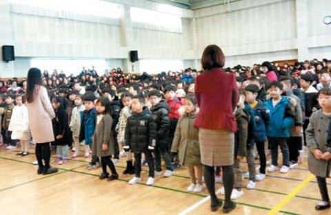 경기 화성 푸른초 입학식에서 신입생들이 한줄로 서 있다.