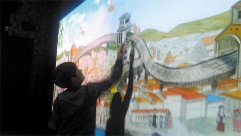 '다빈치 코덱스' 전에서 작품을 만져보는 어린이.
