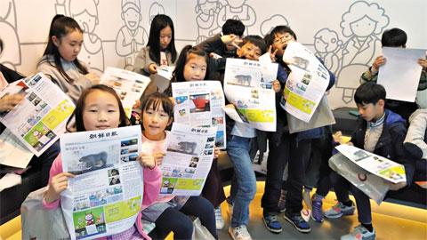 연화초 학생들이 본인이 직접 만든 신문을 프린트해 들고 있다.