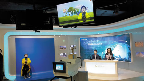 텔레비전 뉴스 프로그램을 제작하는 장면.