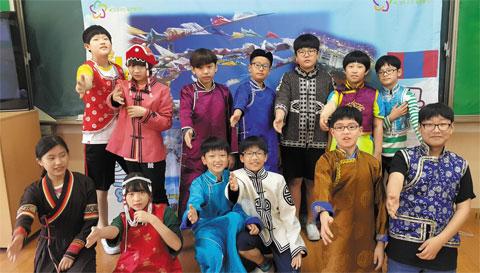 몽골 전통 의상을 입은 연학초 어린이들.