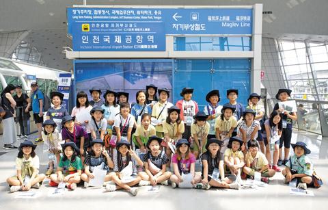 단계초 학생들이 자기부상철도 탑승장 앞에서 포즈를 취했다.