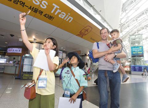 외국인 여행객과 '사진 찍기' 미션 중인 어린이들.