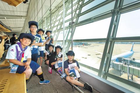 인천국제공항 4층 전망대를 찾은 단계초 학생들.