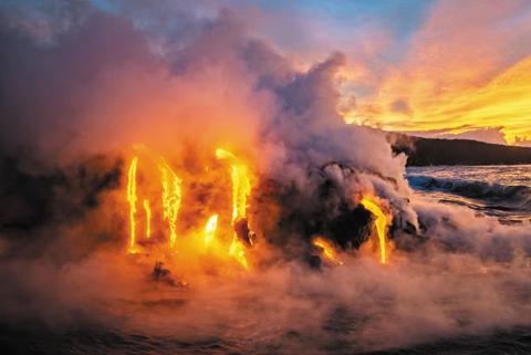 <하와이 킬라우에아 화산 폭발> 지난해 하와이 섬에 있는 킬라우에아 화산이 폭발하면서 용암이 강을 이뤄 바다로 흘러들었다. 흐르는 용암류가 새로운 통로를 뚫으며 지하 동굴망에 새로운 가지들을 추가했다. / 카르스텐 페터/내셔널지오그래픽