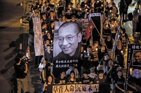 15일 오후, 홍콩 상업지구에서 열린 집회에서 시민들이 촛불을 들고 류사오보를 추모하고 있다. / AP 연합뉴스