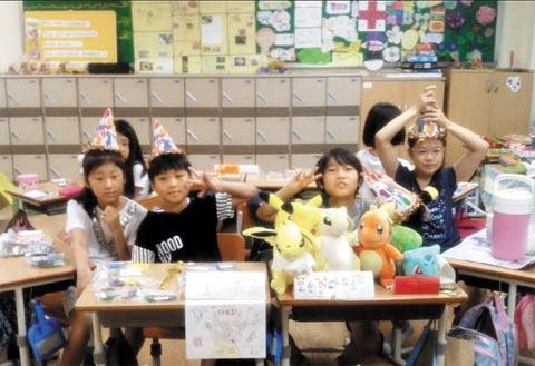 4학년 7반 학생들이 바자회를 준비하는 모습.