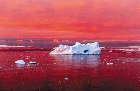 <사라지고 있는 빙하> 찬란한 저녁노을이 남극 반도 서쪽 해안의 르메르 해협을 붉게 물들이고 있다. 주변 바다와 공기가 따듯해지면서 남극 반도 해안의 얼음 역시 녹고 있다. /  카밀 시맨/내셔널지오그래픽 매거진