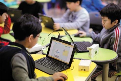 소프트웨어 교육을 받는 효원초등학교 학생들의 모습.