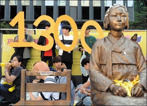 소녀상과 함께한 1300번의 수요 집회