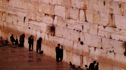 로마군에 의해 가족과 친구들을 잃은 유대인들이 밤마다 눈물을 흘렸다는 통곡의 벽.