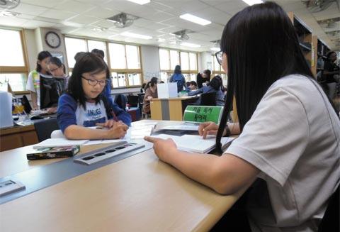 독서 동아리에 참여 중인 학생들.