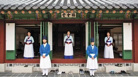 임금의 별식을 준비하는 공간인 경복궁 복회당(福會堂). 문 아래 십자 모양으로 난 구멍이 '풍혈'이다.