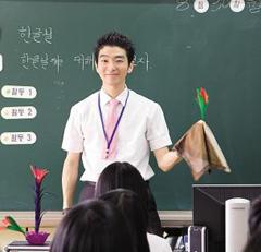 마술을 펼치는 김택수 교사.