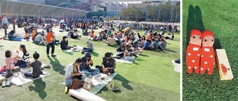 행사에 참여한 시민들의 모습과 양말 인형 코니돌의 모습.