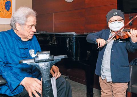 차희수(오른쪽) 군이 펄먼 앞에서 바이올린 연주를 하고 있다./연합뉴스