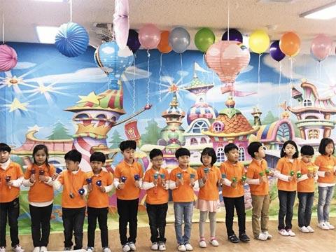 지난달 15일 인천 마전초등학교에서 열린 '마전 마루 마리 축제'에서 1학년 학생들이 공연을 선보이고 있다.