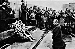 폴란드에서 무릎 꿇고 사죄하는 빌리 브란트 모습.