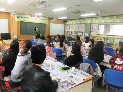 오태초에서 학부모들이 인문학교실 수업을 받고 있다.