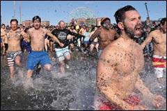 영하 10도 혹한 뉴욕 '북극곰 수영대회' 열려