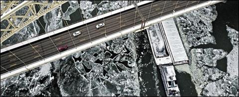 1일(현지 시각) 바지선 한 척이 미국 오하이오강의 얼음을 헤치면서 나아가는 모습.
