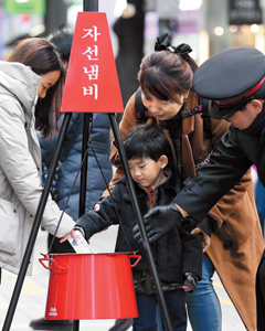 기부하는 어린이 모습./조선일보 DB