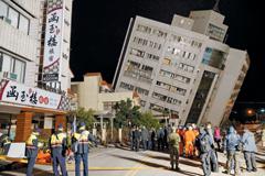 6일(현지 시각) 대만 강진으로 기울어버린 건물./AFP 연합뉴스