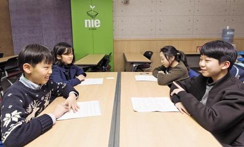 4명의 어린이들이 통일을 주제로 토론하는 모습.