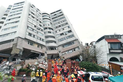 8일(현지 시각) 대만 화롄 지진 피해 현장에서 구조 작업이 진행되고 있다.