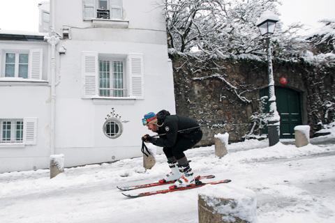 파리에도 폭설 '스키 타고 외출해요'