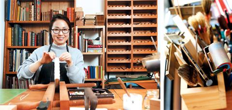(사진 왼쪽)예술제본가 이보영씨가 프레스에 고정한 책을 손바느질로 꿰매고 있다. (오른쪽)예술제본 작업에 쓰이는 도구들. /양수열 기자