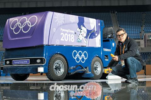 배기태 아이스 테크니션이 강릉 아이스아레나 경기장에 들어선 잠보니(얼음 표면을 평평하게 다지는 차) 앞에서 포즈를 취했다.