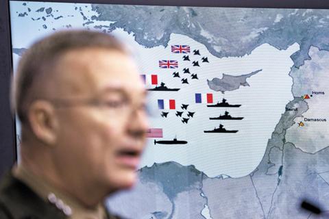 14일(현지 시각) 미 합동참모본부의 케네스 매켄지 중장이 시리아 공습에 대한 언론 브리핑하는 모습./EPA 연합뉴스