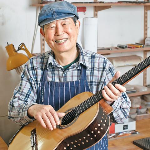 지난 11일 최동수 장인이 제작한 기타를 들어 보이고 있다. 그가 상감 기법으로 새겨 넣은 격자무늬의 나뭇조각은 기타에 아름다움을 더한다. /고양=이광재 객원기자