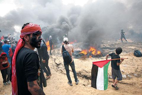 14일(현지 시각) 팔레스타인 주민들이 미국의 대사관 이전에 반대하는 대규모 시위를 벌이고 있다.
