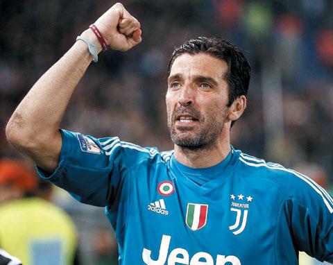 유벤투스의 부폰이 지난 9일 열린 코파 이탈리아 결승전에서 AC밀란을 꺾은 뒤 기뻐하고 있다.
