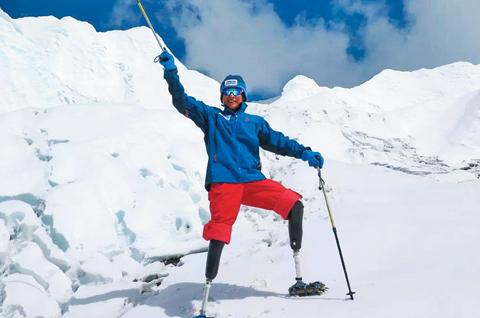 에베레스트산 정상에 오른 샤보위씨가 등산 스틱을 들고 환하게 웃고 있다 /펑파이신문 홈페이지