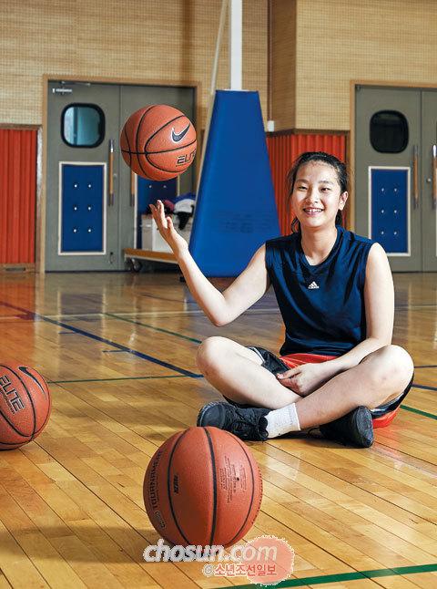 전국초등학교 농구대회 MVP 정현 선수가 농구공과 함께 포즈를 취했다.